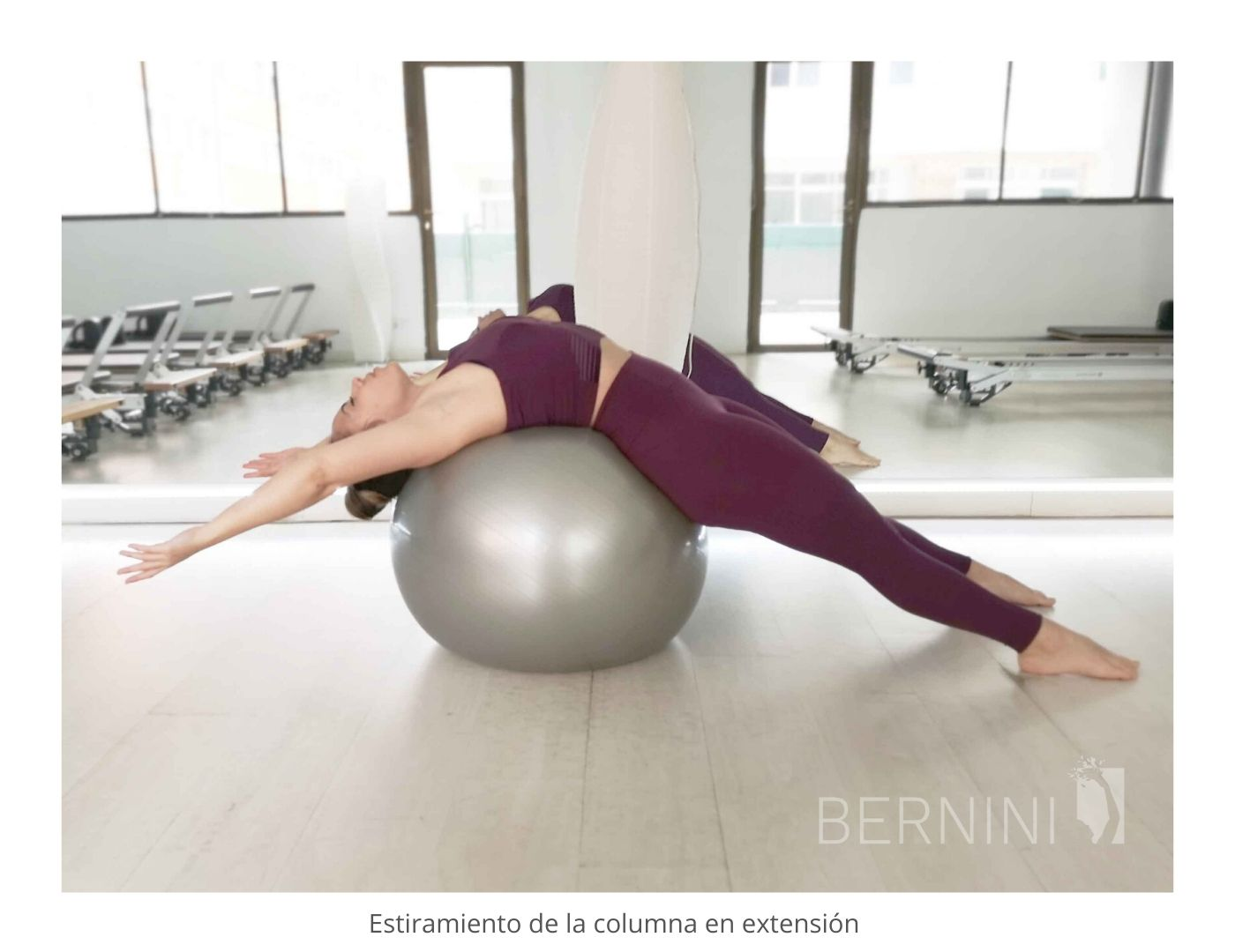 estiramiento columna fitball pilates mat bernini wellness extensión