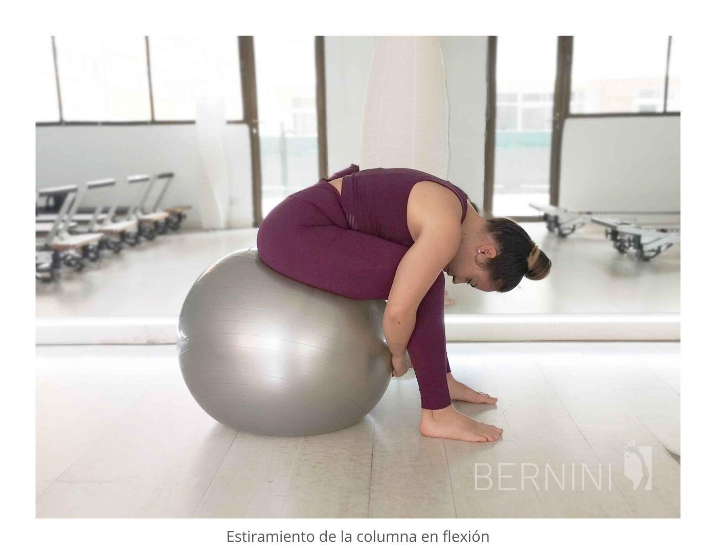 estiramiento columna fitball pilates mat bernini wellness